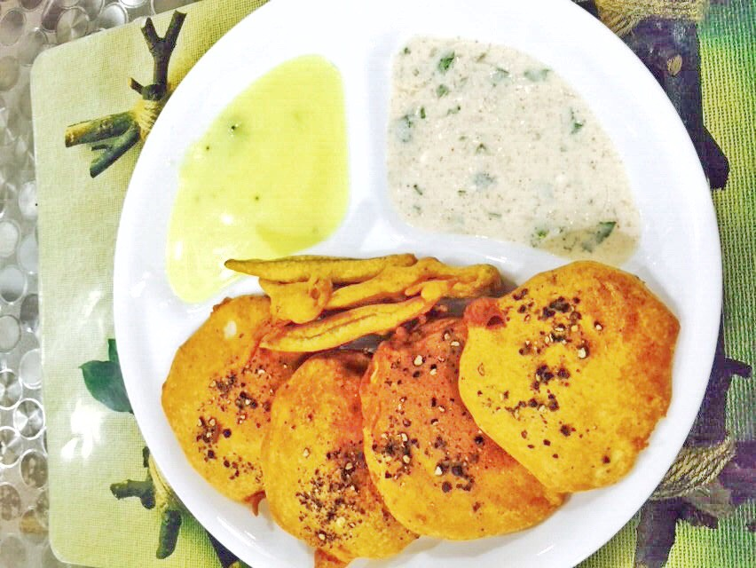Chutney, Onion Raitu and Ratalupuri with green chilli bhajiya