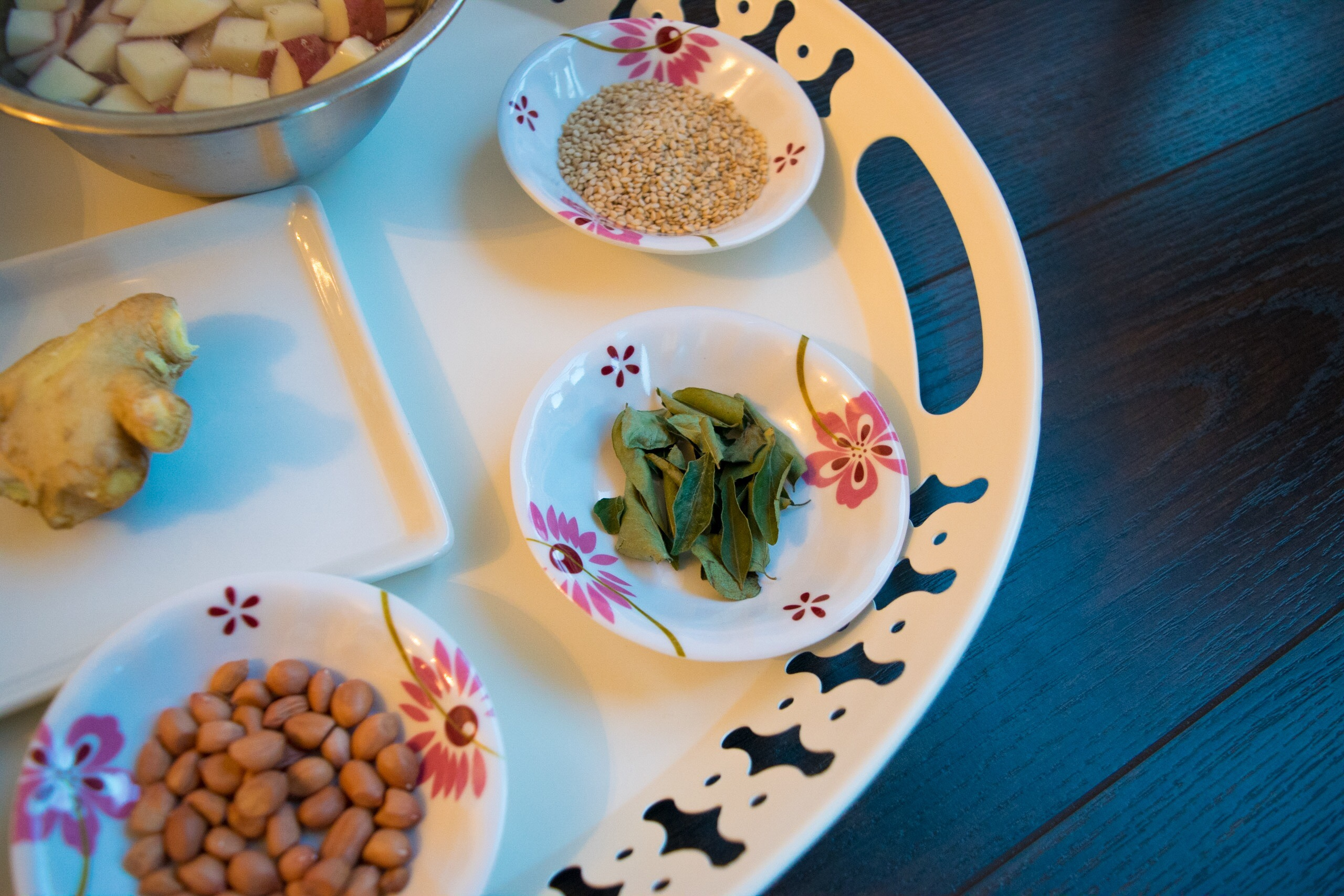 Sesame seeds, Curry leaves, Peanuts
